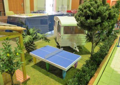 Un citronnier, la table de ping-pong, la caravane de Micki...