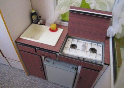 La cuisine est en samba, robinet compris (la pompe du robinet est un fil métallique surmonté d'une perle).