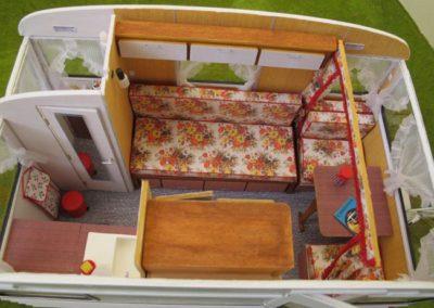 C'est une caravane 3 places. La dînette (ensemble table + sièges correspondants) se transforme en lit enfant, et la banquette se transforme en lit 2 places.