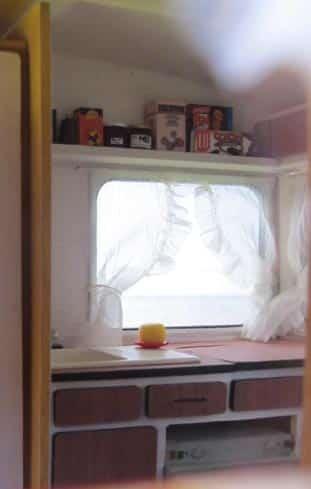Quand le toit est posé, on peut voir par la fenêtre l'étagère de la cuisine.
