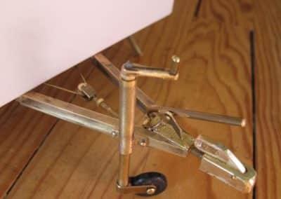 La flèche est en laiton soudé, fraisé, gravé… La roue jockey est fonctionnelle…