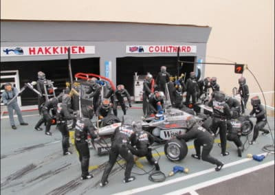 Changement de roues sur la voiture de Mika Hakinnen en 1998 : diorama de Jean-Charles Saura
