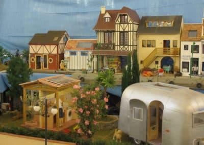 Au premier plan, l'Airstream de Framboise et les sanitaires du camping