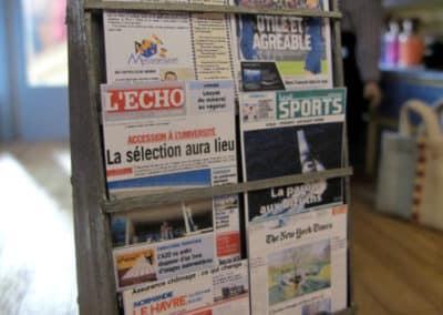 """La maison de la presse : remarquez les """"Chroniques du village"""" parmi les quotidiens !"""